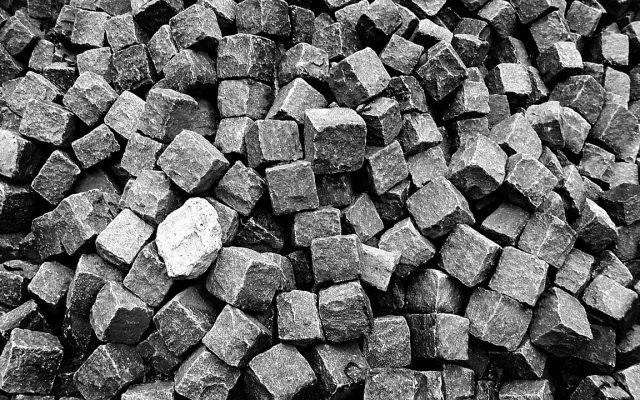 Kopfsteinpflaster Steinhaufen in schwarz weiß
