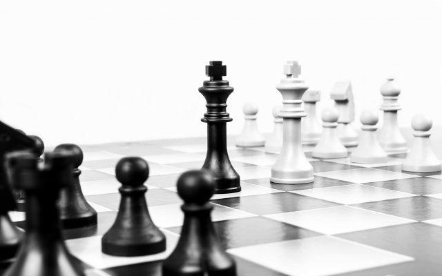 Schachbrett beide Könige stehen sich gegenüber in schwarz weiß
