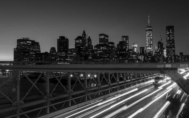 Skyline von New York bei Nacht in schwarz weiß