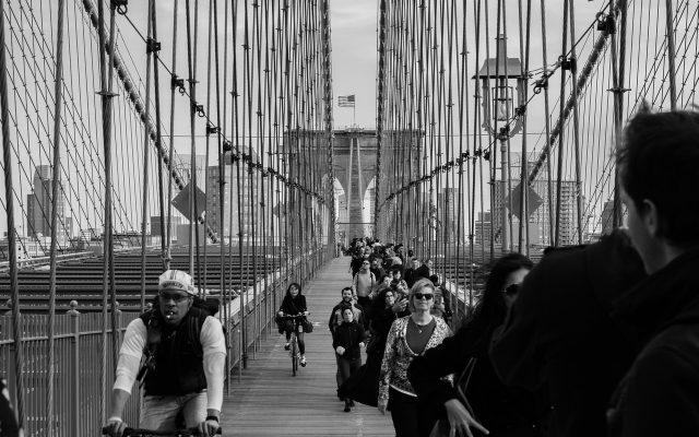 Brooklyn Bridge in New York mit Fußgängern und Radfahrern in schwarz weiß