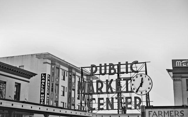 Public Market Center Schild mit weiteren Gebäuden in schwarz weiß